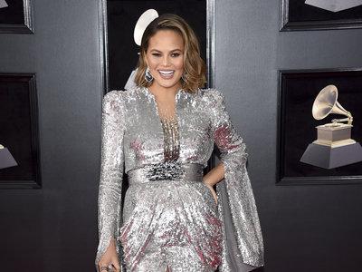 Chrissy Teigen estrena look en los Grammys 2018