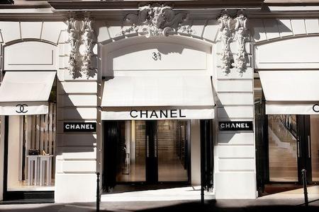 La boutique de Chanel en la rue Cambon en París se agranda