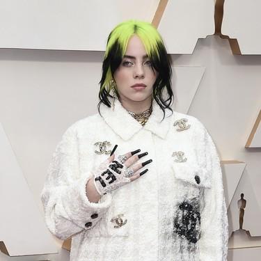 Billie Eilish es fiel a su estilo en la alfombra roja de los Oscar con un dos piezas de Chanel (y unas uñas kilométricas)