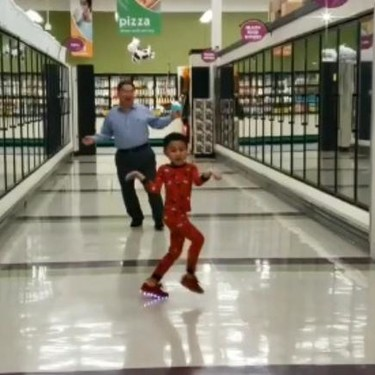 El divertido baile de un abuelo con su nieto en un supermercado, un día antes de que el niño sea operado