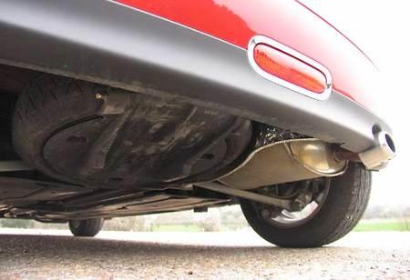 El Mini se distingue de toda la competencia por su suspensión trasera multibrazo y encima, BMW Group encuentra sitio para la rueda de repuesto