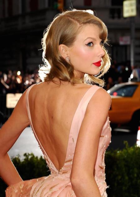 Taylor Swift rinde homenaje a Charles James con un vestido de Oscar de la Renta en la Gala del MET 2014