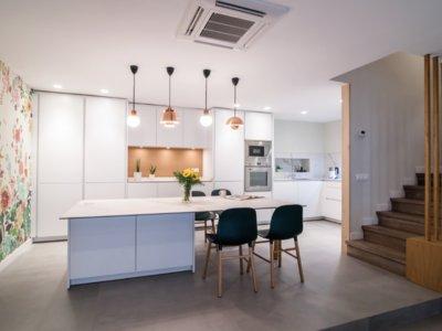 Puertas abiertas: cocina, comedor y salón integradas en la misma estancia pero en distintas alturas