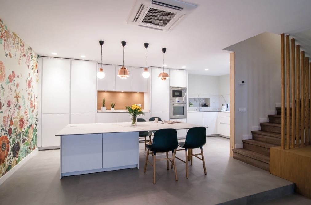 Puertas abiertas cocina comedor y sal n integradas en la for Pisos para cocina comedor living