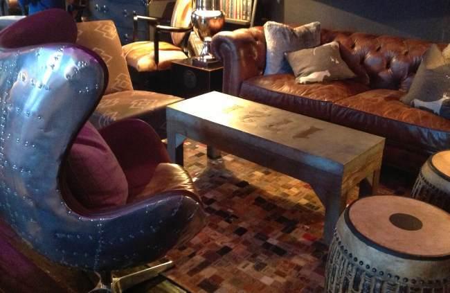 Hotel El Lodge en Sierra Nevada Rincon Sillón Spitfire de Andrew Martin en el Lounge