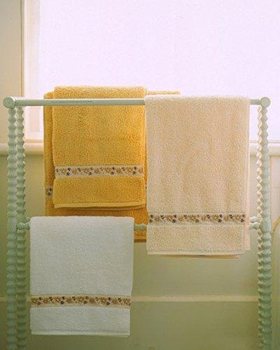 Una buena idea coordinar toallas con una cinta for Colgador toalla bano