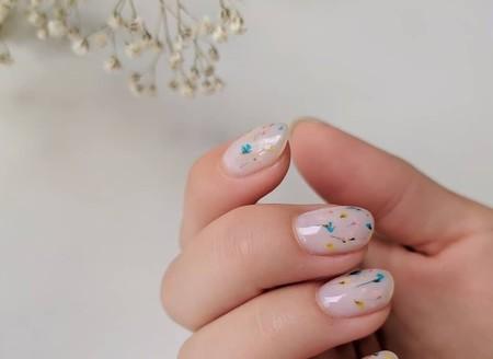 Esta nueva forma de llevar flores de verdad en las uñas es la manicura más delicada de todo Instagram