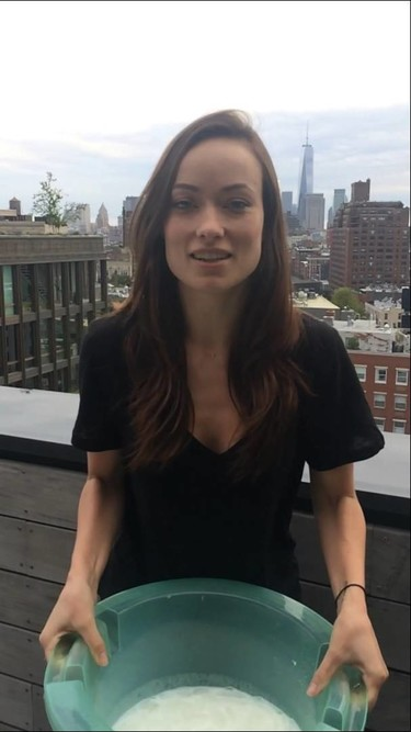 Olivia Wilde cumple el reto del 'Ice Bucket Challenge' con leche materna
