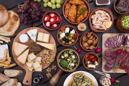 Ocho bebidas y las mejores recetas de aperitivo con que acompañarlas para celebrar nuestro reencuentro con amigos