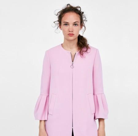 Zara reinventa el abrigo favorito de la reina Letizia (está a la venta y, ¡milagro!, no se ha agotado)