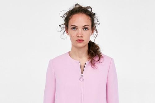 78f87326f6e Zara reinventa el abrigo favorito de la reina Letizia (está a la venta y