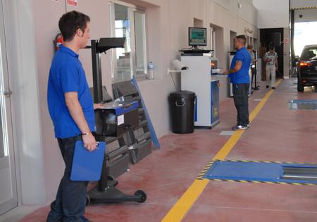 Técnicos inspeccionando un vehículo
