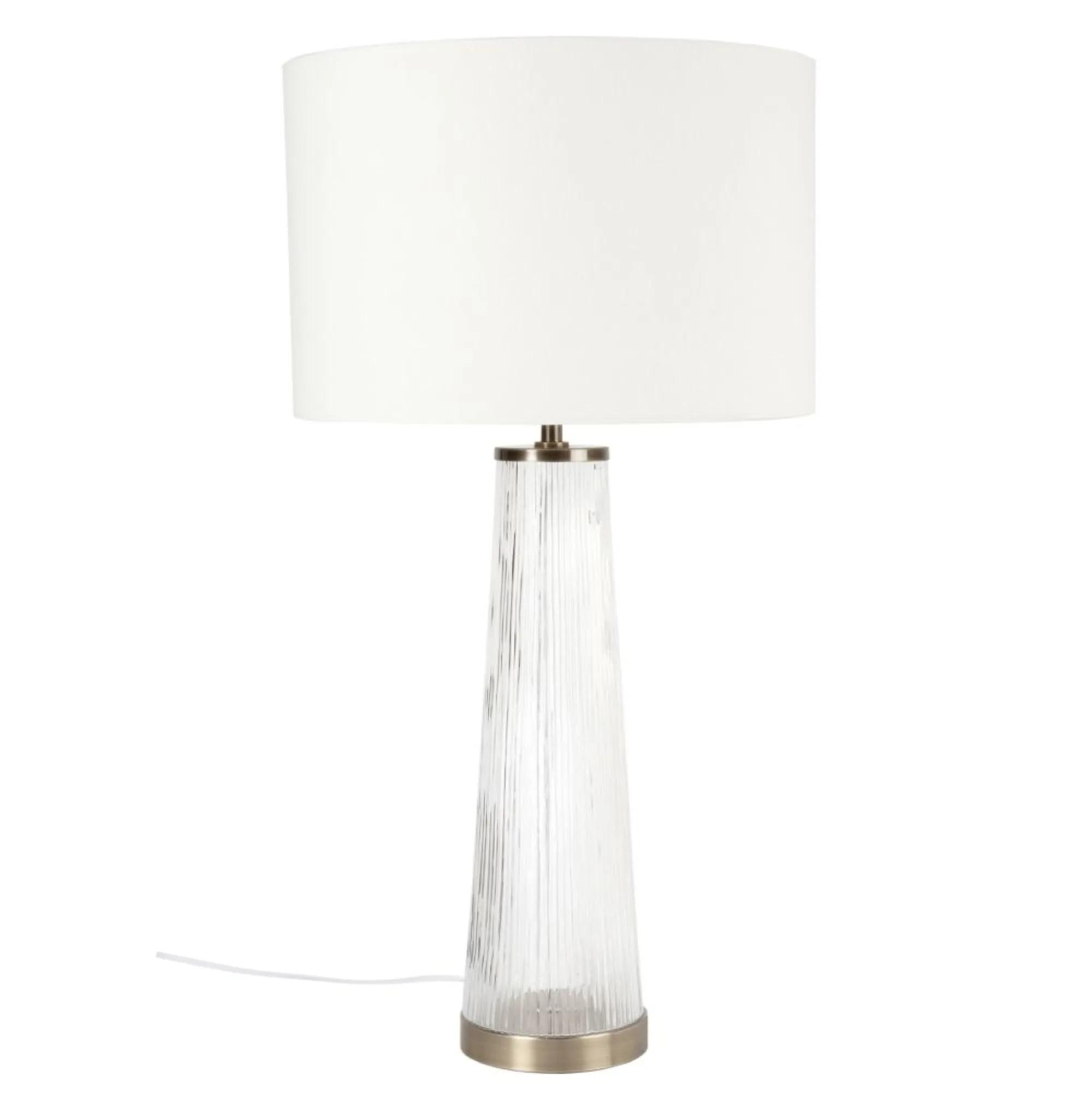 Lámpara de cristal, metal dorado y pantalla beige.
