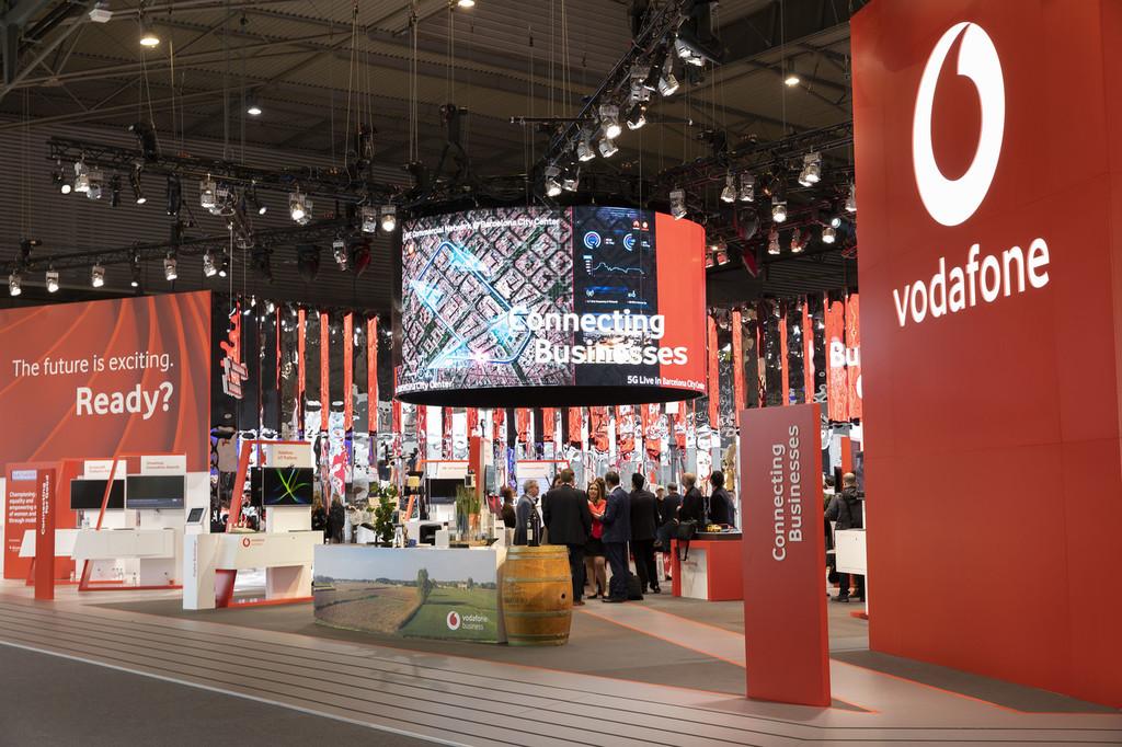 Vodafone continúa con su caída de ingresos, pero aumenta su número de clientes en móvil, fibra y televisión