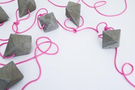 Hazlo tú mismo: una guirnalda con figuras geométricas de cemento
