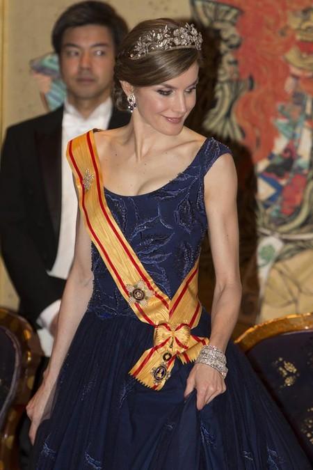 La Reina Letizia se viste de gala con un vestido de princesa repetido