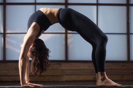 postura-rueda-yoga