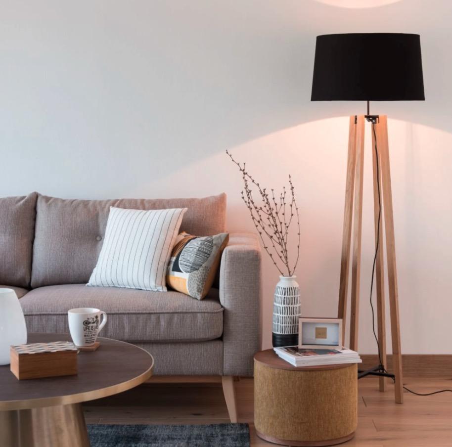 Lámpara de pie de roble con pantalla negra Sheffield - Alt.146