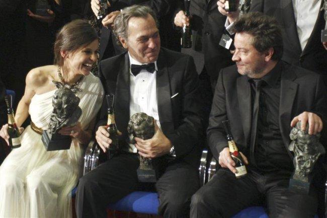 Elena Anaya, José Coronado y Enrique Urbizu con sus respectivos Goyas