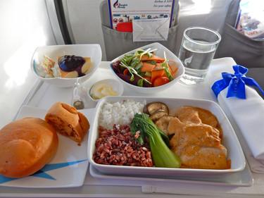 La comida en los aviones, cómo se prepara, se conserva y se sirve