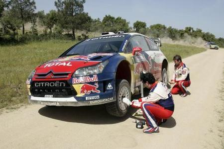 Sébastien Loeb falla y Ford tiene el doblete más cerca