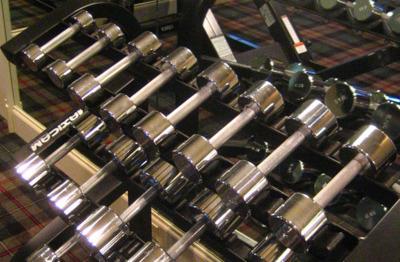 Para perder grasa: dieta sana, ejercicio aeróbico y pesas