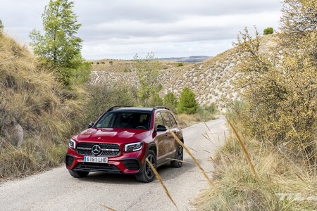 Probamos el Mercedes-Benz GLB 200: un SUV compacto con aires todoterreno que se queda muy justo para siete plazas