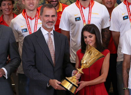 Doña Letizia se viste de rojo (y acierta) para recibir a la Selección Española de Baloncesto