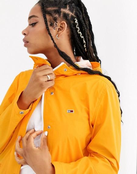 Este chubasquero amarillo Tommy Jeans que alegrará tus looks de lluvia está en oferta en ASOS