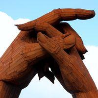 Coger la mano: una forma de reducir el dolor en el otro