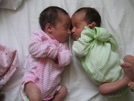 En caso de mellizos es más seguro el parto vaginal que la cesárea