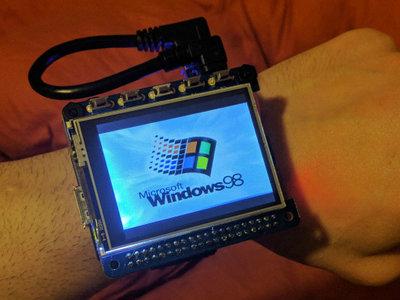 Ya tenemos un smartwatch con Windows 98, y tú también puedes hacerte el tuyo una Raspberry Pi