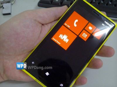 Prototipo Nokia Lumia mostrando la nueva pantalla de inicio de Windows Phone