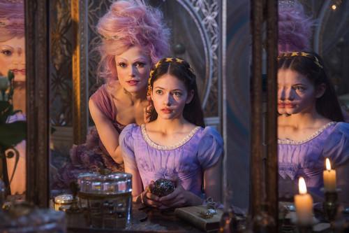 """Lo sabemos todo del vestuario, maquillaje y peluquería de """"El cascanueces y los cuatro reinos"""" y del vestido de hada de azúcar de Keira Knightley"""