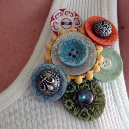 Broches artesanos con botones antiguos