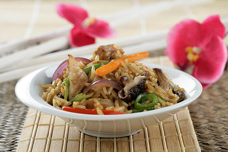Receta de dados de cerdo salteados con verduras y arroz Thai