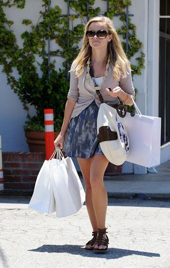 07799_preppie_-_reese_witherspoon_shopping_in_brentwood_-_july_1_2009_5103_122_688lo.jpg