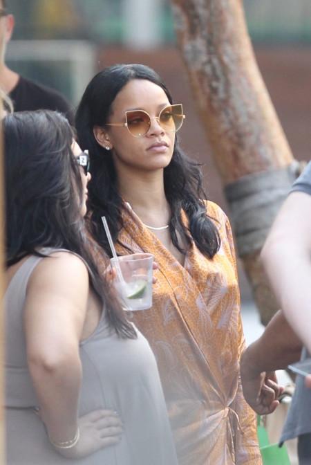 ¿Perfecta con un batín y el último bolso de moda de Dior? Sólo Rihanna puede conseguirlo en un hotel de Miami