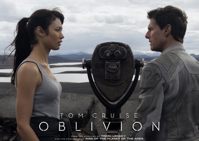 Olga Kurylenko y Tom Cruise en Oblivion