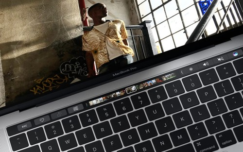 Imagen de la semana: MacBook Pro y Surface Studio, dos equipos distintos con una presentación idéntica