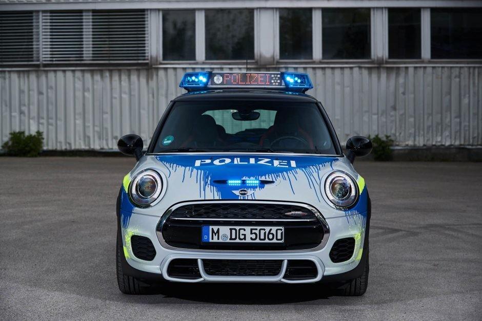 Foto de Mini JCW vestido como auto de policía (3/7)