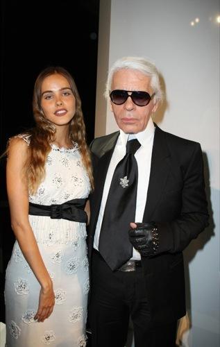Isabel Lucas en el front-row de Chanel II