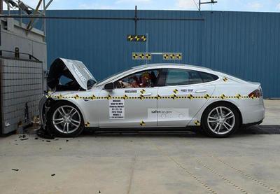 La NHTSA se lo dice (indirectamente) a Tesla: Máximo 5 estrellas