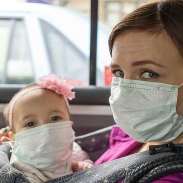 Los bebés y los niños pequeños no deben usar mascarilla: podrían asfixiarse