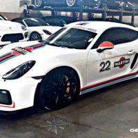 Removido, no agitado, y te queda un Porsche Cayman GT4 con decoración Martini digno de un museo