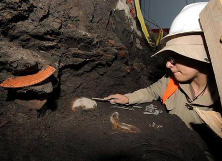 Arqueólogos mexicanos descubren entierros prehispánicos en Xochimilco