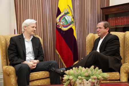 La policía inglesa detiene a Julian Assange en la Embajada de Ecuador