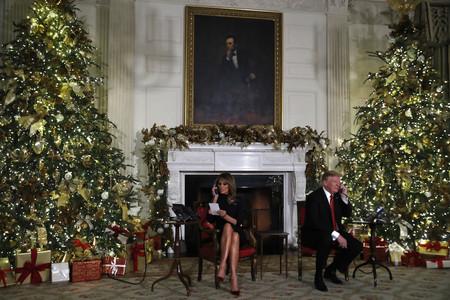 Este es el discreto, pero elegante look que ha elegido Melania Trump para informar a los americanos de la situación de Papá Noel