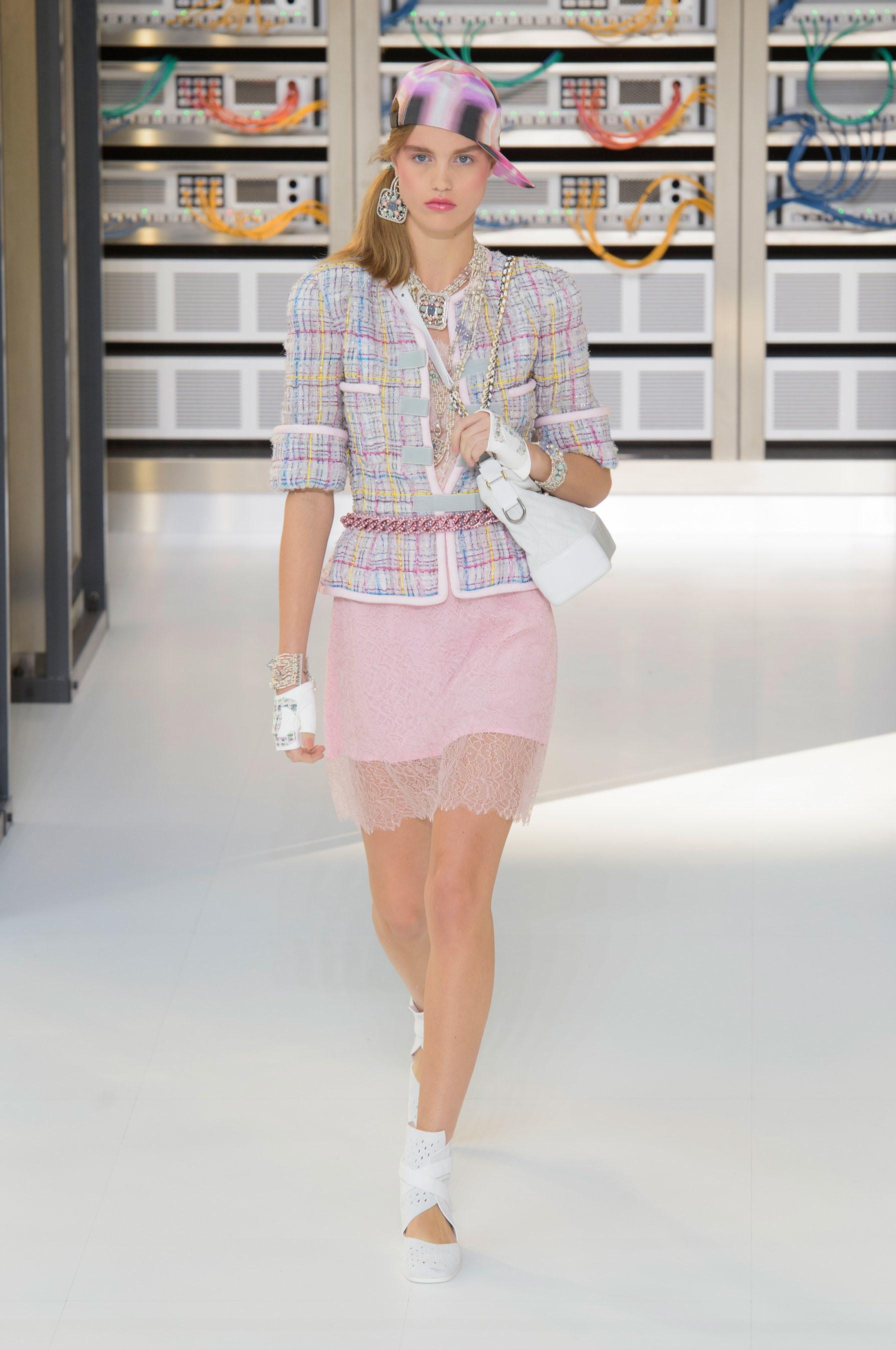 Foto de El regreso al futuro de Chanel en su colección Primavera-Verano 2017 (20/96)