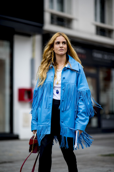 La moda dictamina que las chaquetas de flecos vuelven a tomar el control del street style